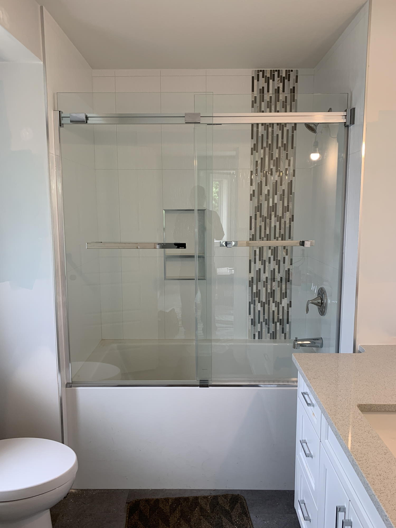 Tub/shower with glass door